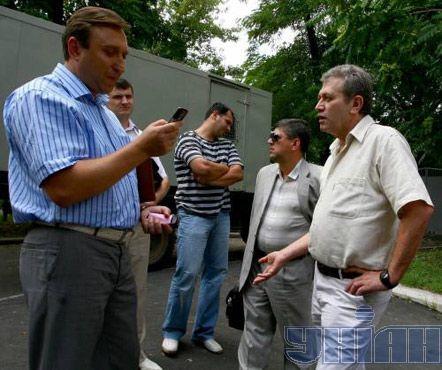 И.о. руководителя управления по борьбе с торговлей людьми Сергей Коломиец (слева) задерживает израильского хирурга Михаила Зиса, обвиняемого в незаконной трансплантации донорских органов