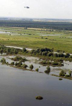 Вертолет премьер-министра летит над затопленной территорией ЛЬвовской области