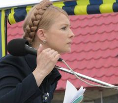 Yulia Tymoshenko delivering a speech at the meeting with entrepreneurs of Kalinovskyi market. Chernovtzy, August 4