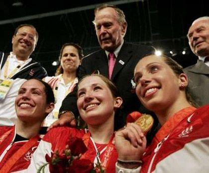 Сада Якобсон, Бекка Уорд, Мариэль Загунис с экс-президентом США Джорджем Бушем-старшим