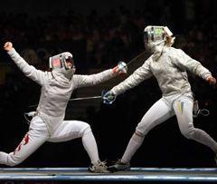 Украинская саблистка Ольга Харлан фехтует со спортсменкой из Китая в финальном поединке командных соревнований за 1-е место на Олимпийских играх в Пекине. 14 августа