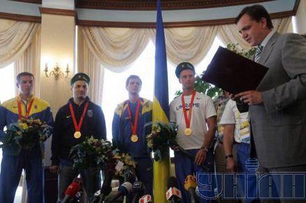 Юрий Павленко приветствует олимпийских чемпионов