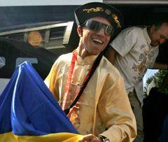 Олімпійський чемпіон Василь Ломаченко тримає в руках національний прапор України в аеропорту Бориспіль.  26 серпня