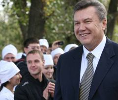 Виктор Янукович во время  открытия первой очереди туберкулезной больницы. Луганская область, 18 сентября