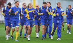 Игроки сборной Украины по футболу во время открытой тренировки в Конча-Заспе