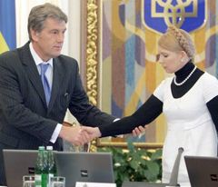 Віктор Ющенко вітається з Юлією Тимошенко на засіданні РНБО.  Київ, 13 жовтня