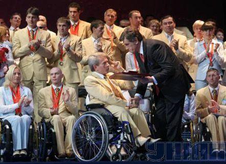 Президент Украины Виктор Ющенко и председатель Национальной Ассамблеи инвалидов Украины, народный депутат Украины Валерий Сушкевич на церемонии чествования Национальной паралимпийской сборной в Киеве, 13 октября 2008 г.