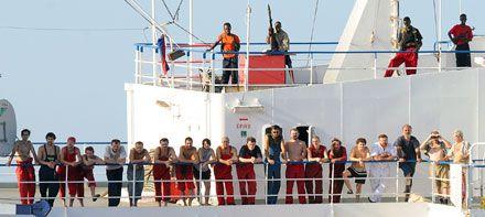 Пірати вивели екіпаж «Фаїни»  на відкриту палубу. Фото від 9 листопада