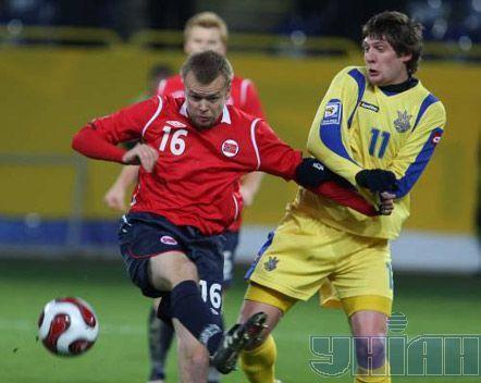 Евгений Селезнев борется за мяч с полузащитником сборной команды Норвегии Кристианом Гриндхеймом