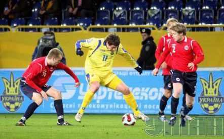 Евгений Селезнев борется за мяч с полузащитником сборной команды Норвегии Кристианом Гриндхеймоми защитником Томом Хегли