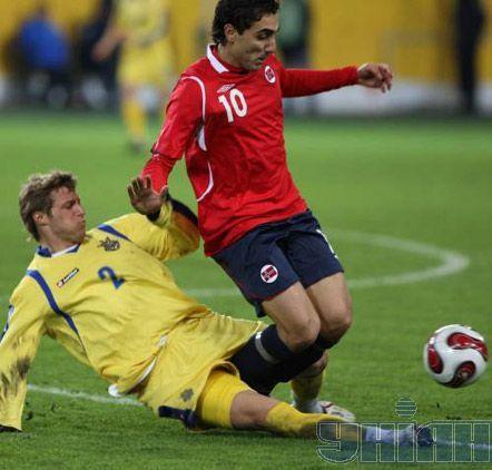 Защитник сборной Украины Виталий Мандзюк в подкате отбирает мяч у нападающего норвежцев Абдулайе