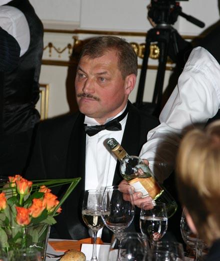 Олегу Бугайову наливают чарчину за успех украинских энерготрейдеров