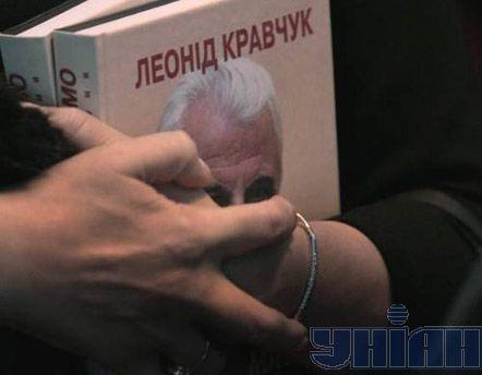 Посетительница юбилейной фотовыставки, посвященной жизни и деятельности первого Президента Украины Леонида Кравчука в день его 75-летия