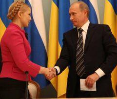 Юлія Тимошенко і Володимир Путін потискують один одному руки після підписання газової угоди між Україною та Росією. Москва. 19 січня