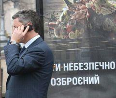 Юрій Бойко розмовляє по мобільному телефону після прес-конференції в УНІАН. Київ, 22 січня