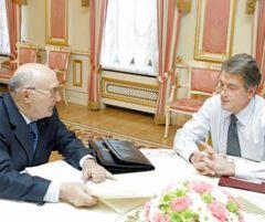 Віктор Ющенко і Володимир Стельмах розмовляють під час зустрічі. Київ, 11 лютого