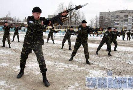 Солдаты 95-й аэромобильной бригады на показательных выступлениях на воздушно-десантном комплексе в Житомире
