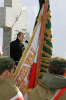 Президент України Віктор Ющенко виступає біля пам`ятника жертвам трагедії у с. Гута Пеняцька