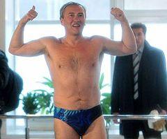 Леонид Черновецкий заплывом в бассейне доказывает журналистам, что он психически здоров. Киев, 18 марта