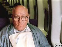 На архивном снимке 1993 года Иван Демьянюк возвращается в США после оправдания в Израиле