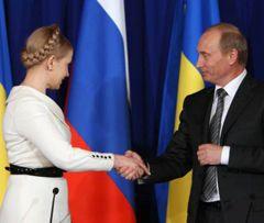 Юлія Тимошенко і Володимир Путін вітаються перед спільною прес-конференцією. Москва, 29 квітня