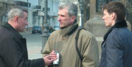 В центре – вице-консул Игорь Цветков дает указания