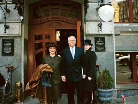 Колин Пауэлл со своей супругой во время визита в Киев