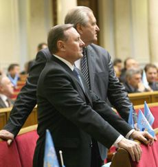 Народні депутати від Партії регіонів Олександр Єфремов та Віктор Тихонов в залі засідань парламенту.