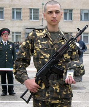 Военнослужащий срочной службы принимает присягу