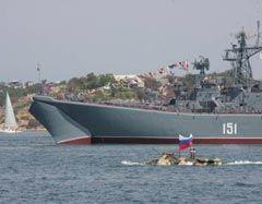 Военный корабль и подводная лодка ВМФ РФ во время парада в день Военно-морского флота в Севастополе, в воскресенье, 26 июля 2009 г.