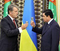 Президенти України і Туркменистану після церемонії підписання двосторонніх документів. Ашгабат, 15 вересня