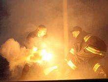 Обслуживающий персонал убирает файеры, которые украинские болельщики бросили к воротам национальной сборной Англии