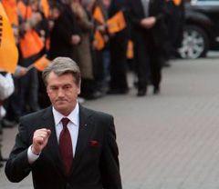 Віктор Ющенко йде до ЦВК для подачі документів на реєстрацію кандидатом на пост Президента України. Київ, 27 жовтня