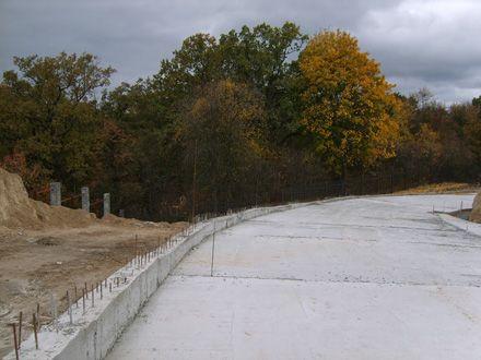 Свежезалитая бетонная дорога на территории Хотовского городища. Лишь несколько недель назад на этом месте была тропинка