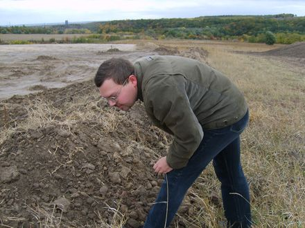 Научный сотрудник Института археологии  Сергей Разумов ищет куски глины – остатки жилищ скифского периода