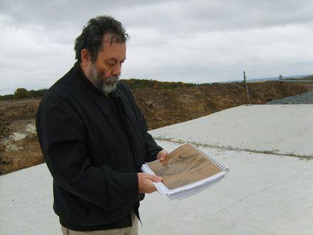 В. о. директора Института археологии НАН Украины Глеб Ивакин показывает на схеме территорию Хотовского городища