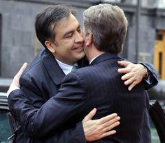 Віктор Ющенко і Михайло Саакашвілі вітають один одного під час зустрічі в Києві, фото з архіву УНІАН