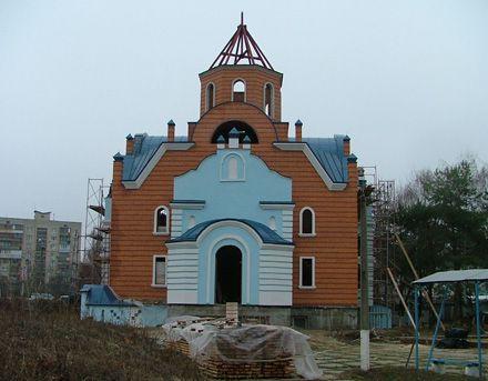 Храм при лікарні швидкої допомоги. Як нам вдалося дізнатися, він будується всього лише на два роки довше, ніж храм Ксенії Петербурзької