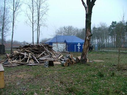 А цей намет, який стане храмом на честь Всіх Святих воїнів поставили всього лише кілька місяців тому. Але вже захищено місце, привезені дрова, щоб топити взимку. На момент зйомки панотець виїхав в Малін за хрестом