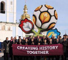 Участники церемонии презентации официального логотипа, визуального оформления и слогана чемпионата Евро - 2012. Киев, 14 декабря