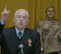 Л. Грач і актор в образі Сталіна на зборах, присвячених 130-річчю з дня народження Сталіна. Сімферополь, 21 грудня