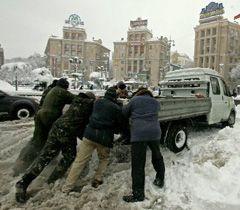 Азаров призвал быть готовым к новым снегопадам