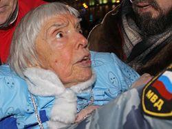 Людмила Алексєєва у момент затримання ОМОНом. Фото Олександра Котоміна