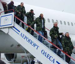 Члены команды освобожденного из пиратского плена судна «Ариана» спускаются по трапу самолета, в Одессе. 6 января