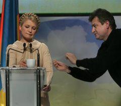 Юлія Тимошенко і фотограф Олександр Прокопенко на зустрічі з представниками ЗМІ. Київ, 14 січня