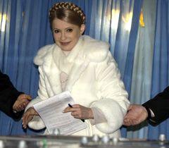 Юлия Тимошенко бросает бюллетень в урну для голосования в день выборов Президента Украины. Днепропетровск, 17 января