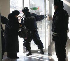 Міліціонер закриває двері на території поліграфкомбінату «Україна» в Києві. 25 січня