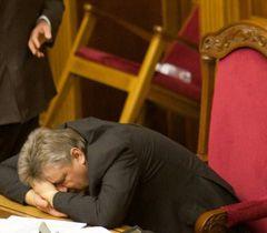 Володимир Сівкович спить в президії під час   блокування трибуни ВР. Київ, 3 лютого