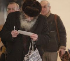Избиратель рассматривает бюллетень на одном из участков  Киева