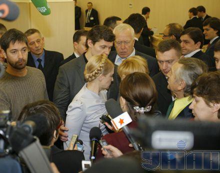 Юлия Тимошенко ушла из суда через черный ход, отказавшись от общения как с прессой, так и со своими сторонниками, которые ожидали выхода лидера БЮТ у входа в ВАСУ